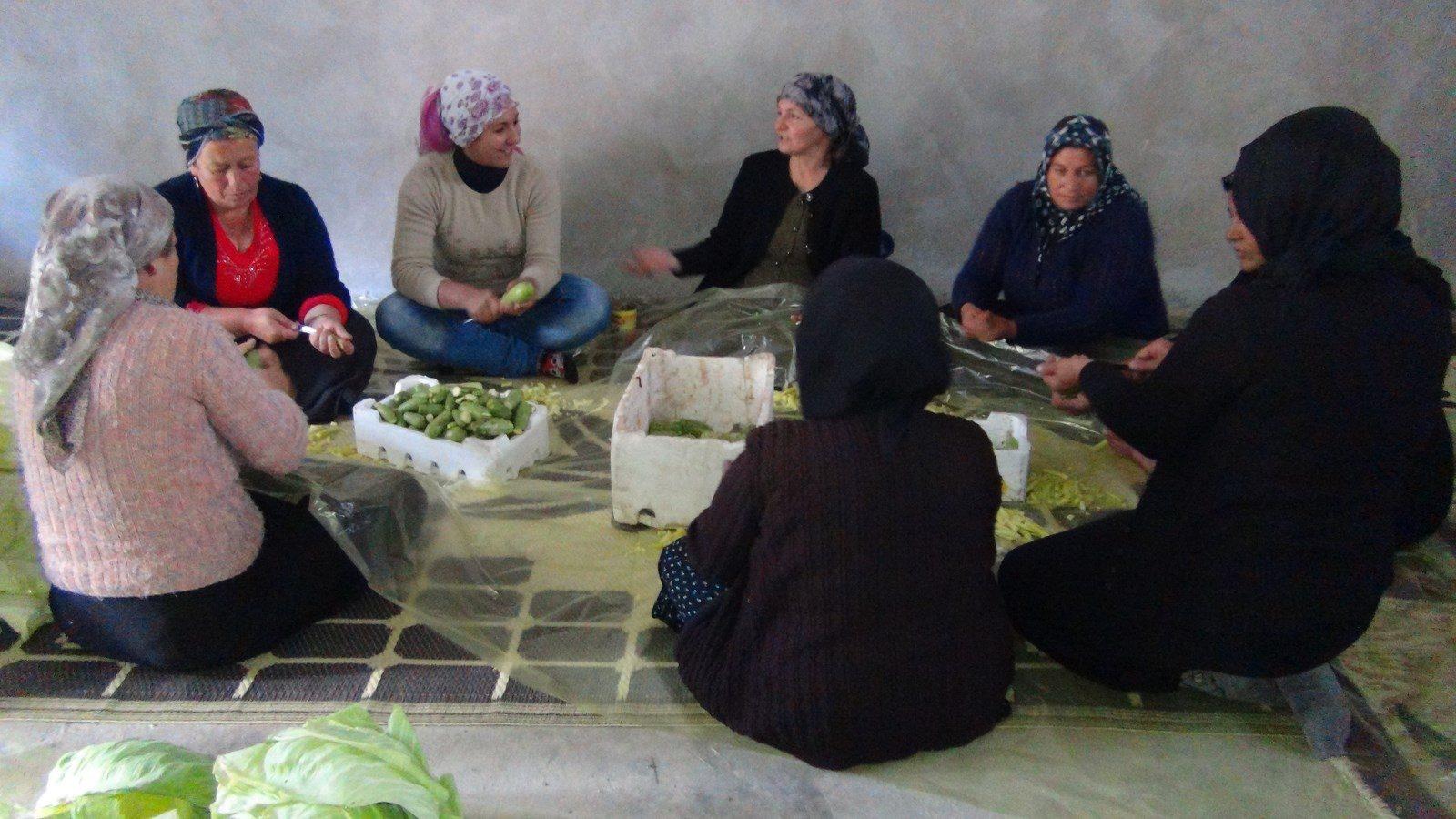 نساء عفرين تحضرن الطعام للمقاتلين