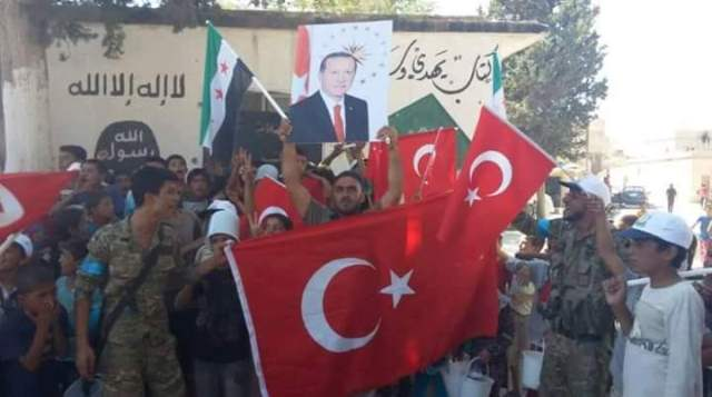 "Photo of ""اردوغان رئيسنا"" عبارةٌ يرددها المقاتلون في المعارضة في مدينة جرابلس"