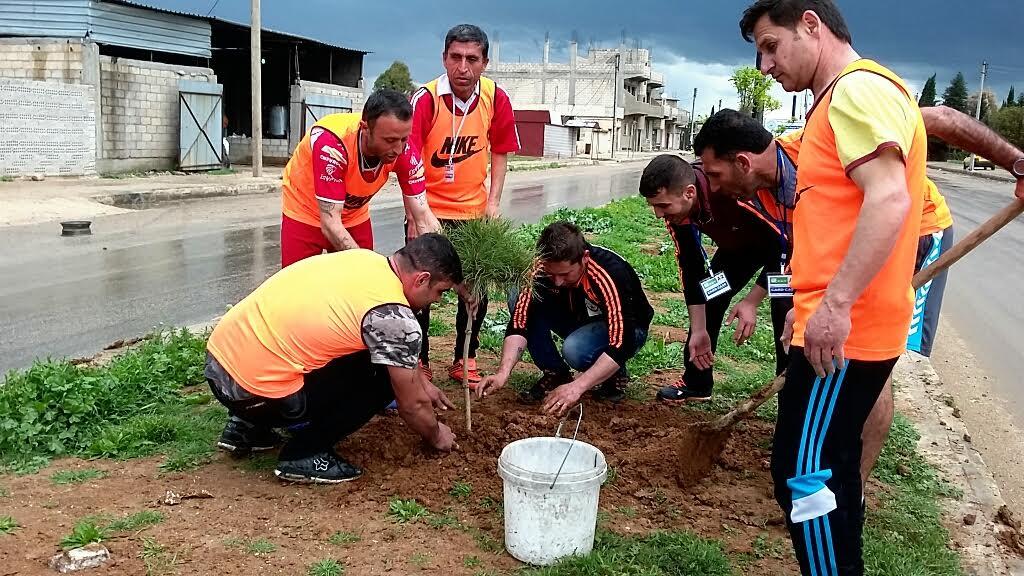 Photo of بدأ شبيبة الـ PYD بحملة زرع الأشجار بمناسبة ميلاد القائد