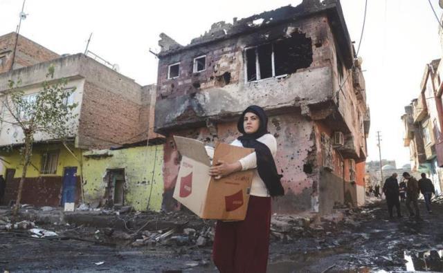 Photo of تركيا تطردُ كُردَ ديار بكر من منازلهم بحجةِ ترميمها  عَقِبَ الاشتباكات