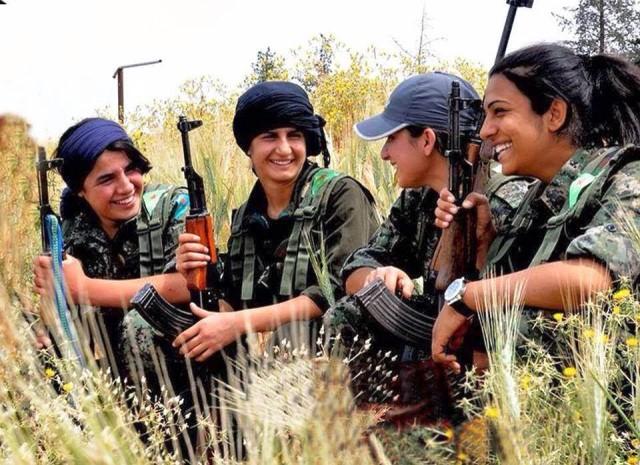 Photo of كيف أمسكت المرأة الكردية السلاح؟