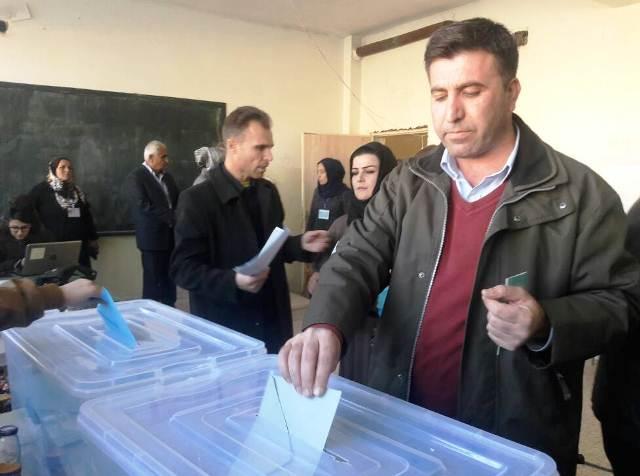 Photo of ممثل قائمة الأمة الديمقراطية يدلي بصوته في قامشلو
