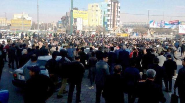 Photo of التظاهرات في إيران تصل المدن الفقيرة والقمع الحكومي في تزايد