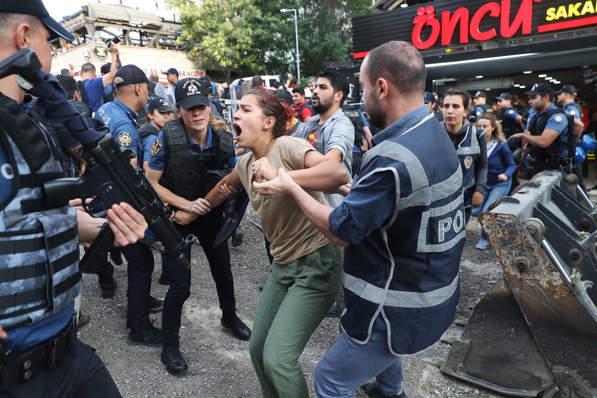 Photo of حملات الاعتقال وعزل المعارضين مستمرة في تركيا