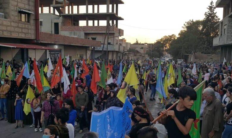 Photo of أهالي الدرباسية يتظاهرون ضد الهجمات التركية على سوريا وإقليم كردستان