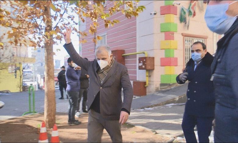 "Photo of التحقيق مع نائب كردي معارض بتهمة رفعه ""إشارة النصر"""