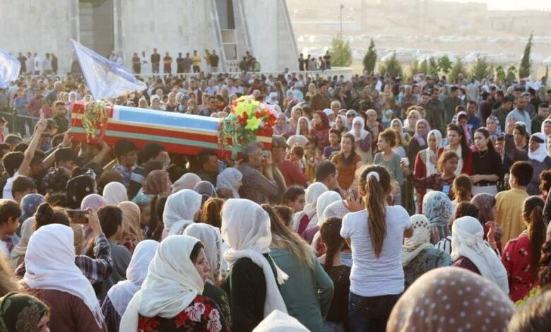 Photo of الآلاف من أهالي كوباني يشيعون جثمان الشهيد أبو فقير (محمد كيكو)