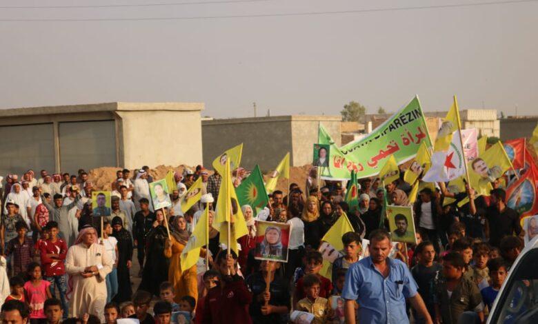 Photo of مظاهرة حاشدة في بلدة الهيشة تنديداً بالمجزرة التركية بقرية الصفاوية