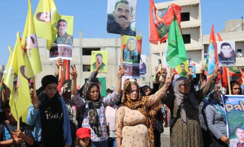 "Photo of المئات من أهالي كوباني يتظاهرون  تحت شعار "" مسيرة الكرامة.. ضد الخيانة """